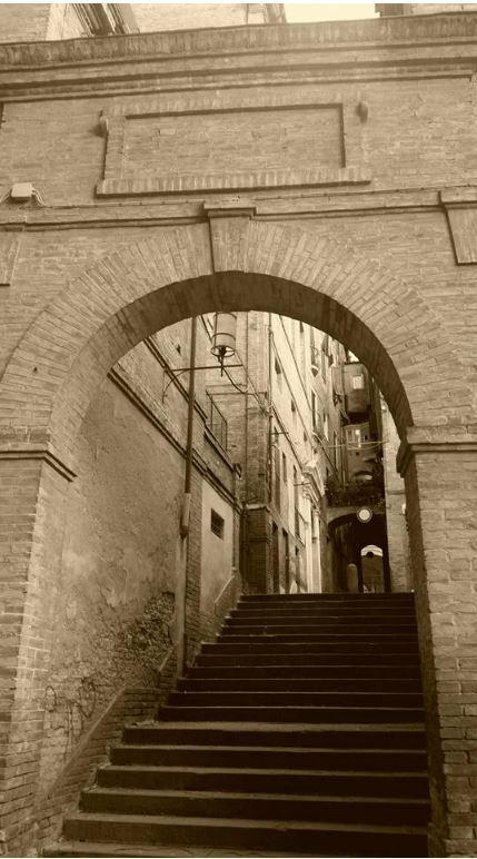 Siena, Violenta rissa nel vicolo delle Scotte: Tre controuno