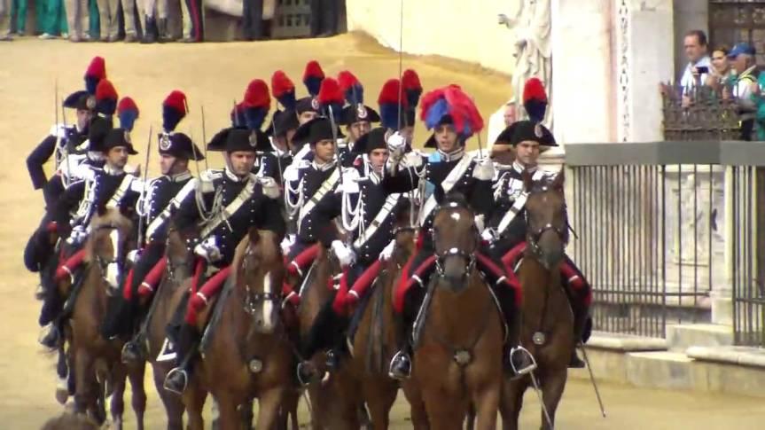 Palio di Siena: Carabiniere a cavallo travolto dall'animale imbizzarrito