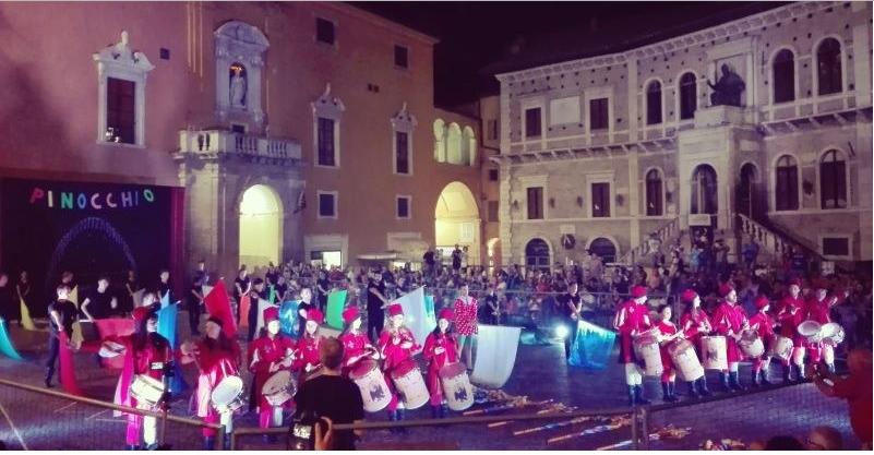 Palio di Fermo: Cavalcata dell'Assunta. Lo spettacolo di alfieri e musici incanta Piazza del Popolo e domani, a San Giuliano, il tanto atteso arrivo delPalio