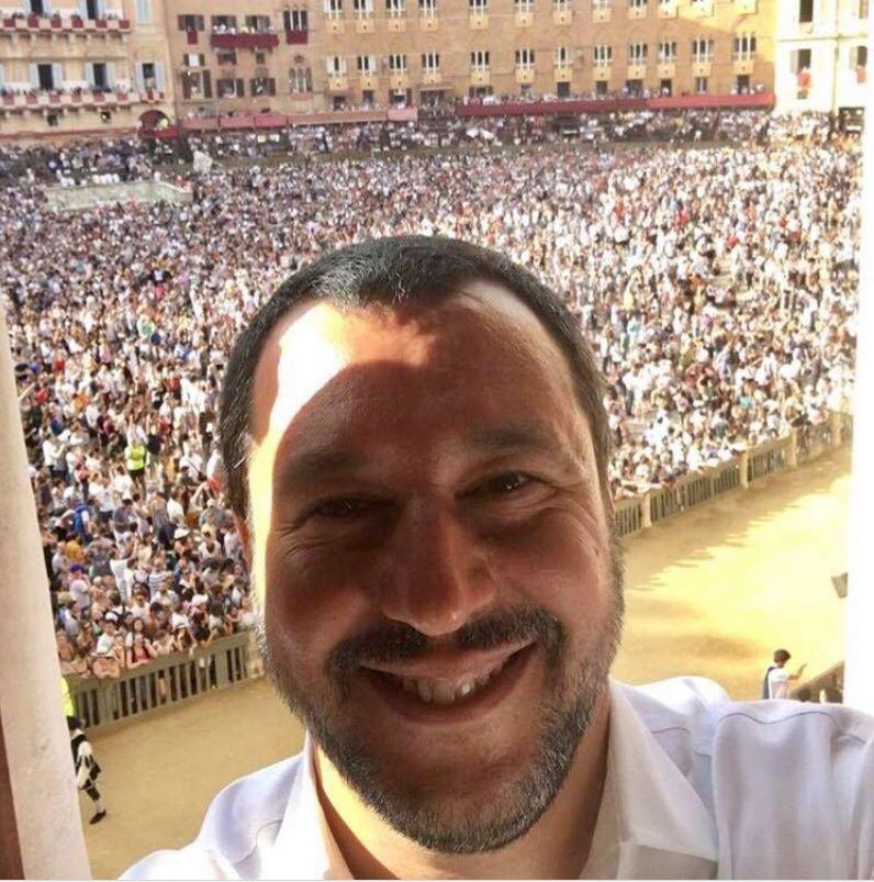 Siena: I gialloverdi calano sul Palio. Salvini ruba la scena alla corsa, polemiche incittà