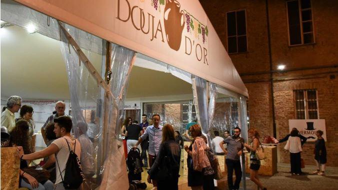 """Asti:  """"Douja d'Or"""" brinda al successo: 20.460 calici di vino degustati, 8.292 bottiglie di vino vendute e 5.574 cocktail divermouth"""