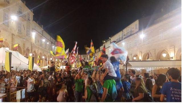 Palio di Fermo: ll flash mob chiude le Hostarie, aperta la prevendita per i biglietti della corsa alPalio