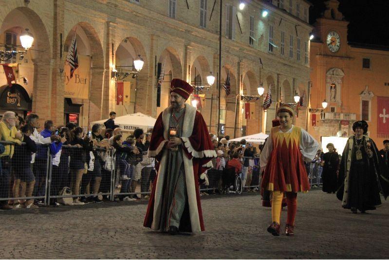 Palio di Fermo: Notte senza pioggia e ricca di emozioni, sfila per le vie di Fermo il corteo dellaCavalcata