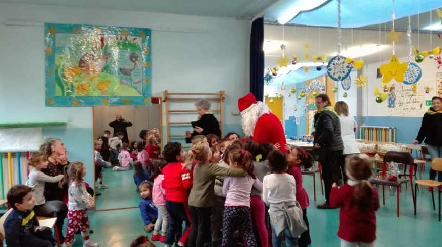 Palio di Asti, Borgo San Lazzaro: Il Babbo Natale giallo-verde alla Scuola dell'infanzia Agazzi di Via Sant'Evasio