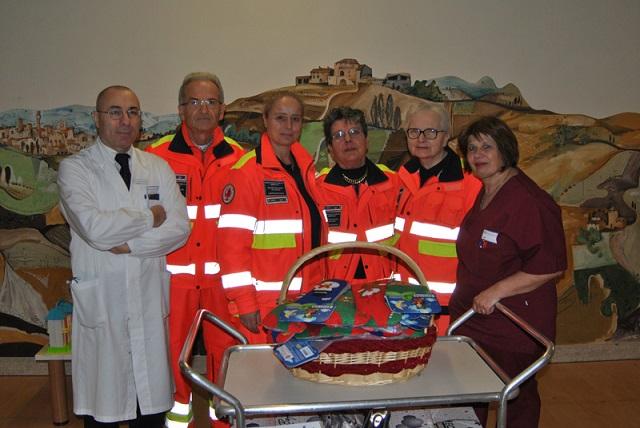 Siena: Pediatria, Pubblica Assistenza di Castelnuovo Berardenga porta le calze dellaBefana