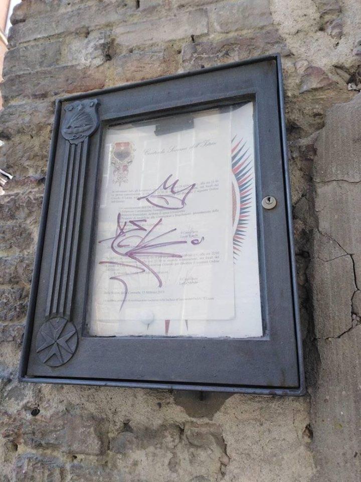 Siena, Contrada dell'Istrice: Nella notte fra ieri 22/02 e Oggi 23/02 Presa di mira con delle scritte la bacheca dellaContrada