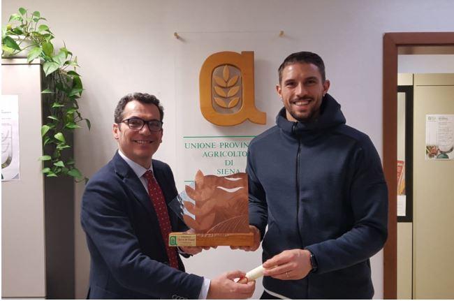 """Siena: Premio """"Terra di Siena"""" consegnato al capitano della Mens Sana, TommasoMarino"""
