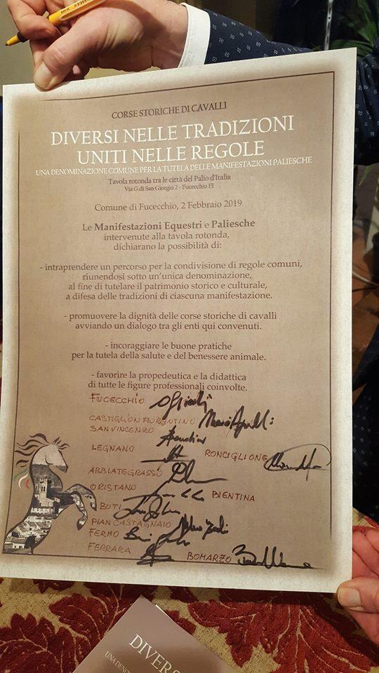 Palii d'Italia: A fine Tavola Rotonda a Fucecchio tutti i Sindaci  dei comuni che organizzano i Palii più importanti d Italia firmano lapergamena
