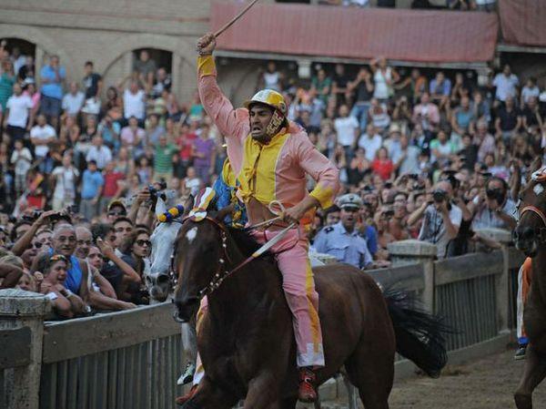 Palio di Siena agosto 2012: Il Palio dell'Assunta vinto dalMontone.MOV