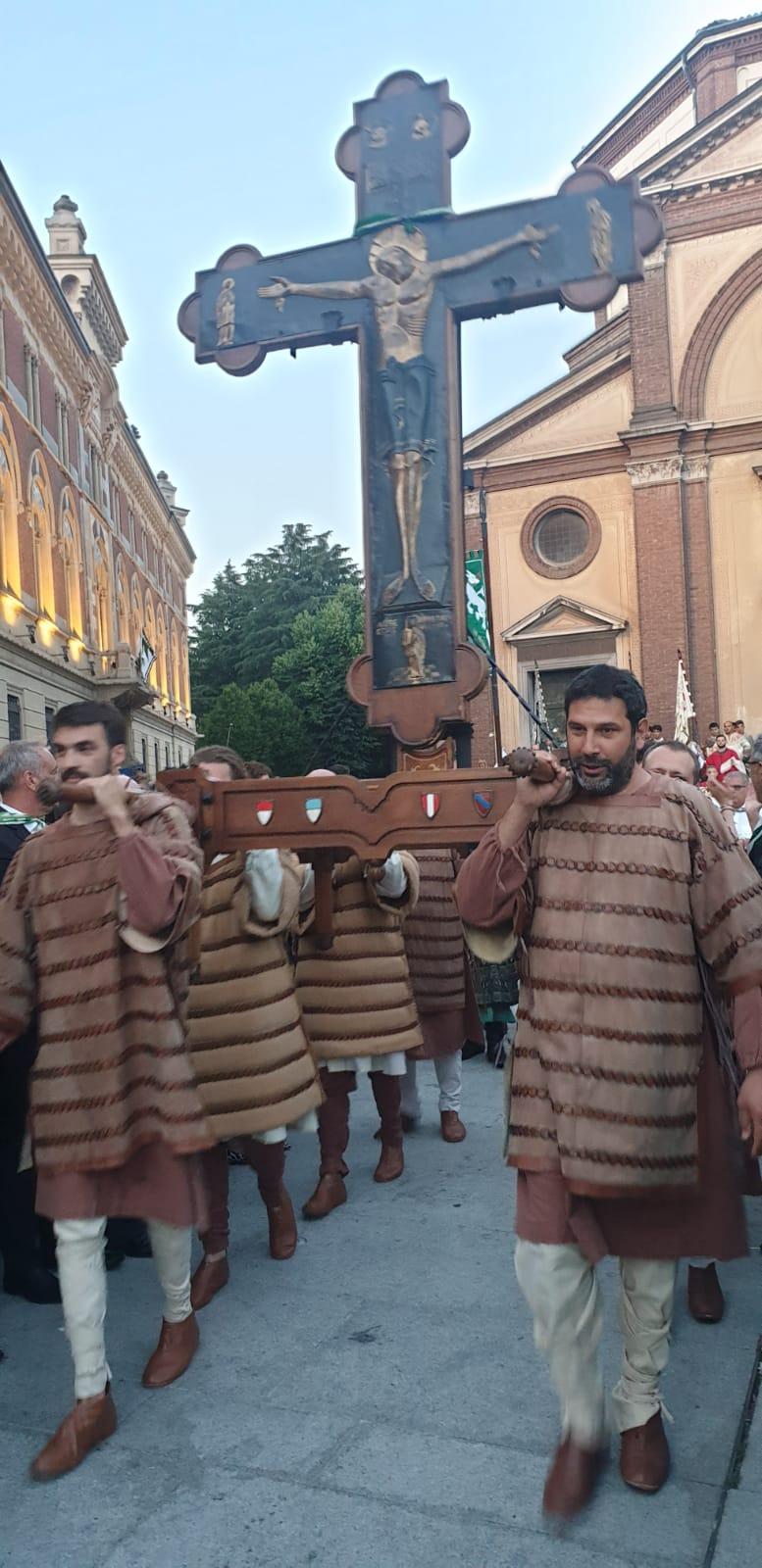 Palio di legnano: La Traslazione della Croce apre il Palio. A Ferrara rinunciano allacorsa