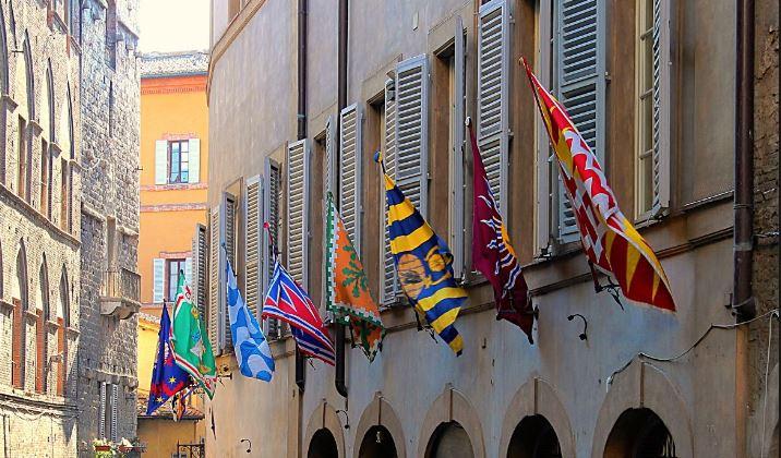 Siena: Iniziativa popolare senese chiede di esporre le bandiere delle Contrade alleabitazioni
