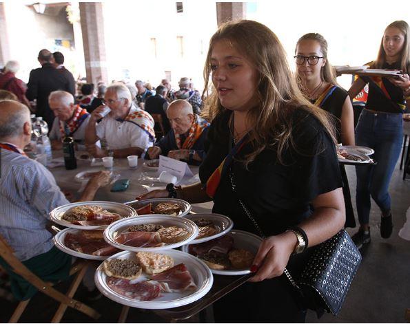 """Siena: Fotogallery I """"nonni"""" di Siena a pranzo insieme ai ragazzi delleContrade"""