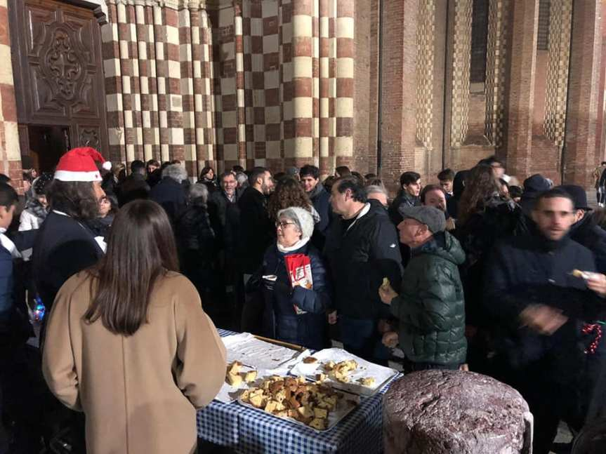 Palio di Asti, Rione Cattedrale: I Contradaioli di Cattedrale si sono fatti gli auguri con panettone e cioccolato sul sagrato della Cattedrale diAsti