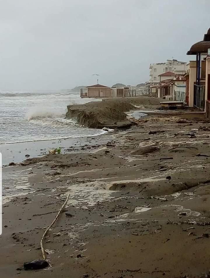 Toscana, Meteo Siena 24: Le immagini della disastrosa mareggiata nella spiaggia d Follonica di oggi22/12