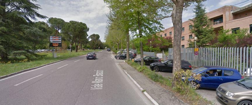 Siena: Paura in viale Bracci, furgoncino del corriere si ribalta e finiscenell'aiuola
