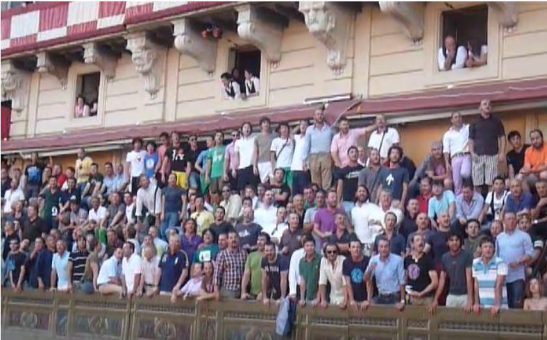Palio di Siena: Contradaioli dell'Oca cantano inpalco