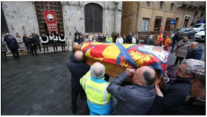 Palio di Siena:  Addio al Maestro Sodi, il feretro saluta il Comune e laPiazza