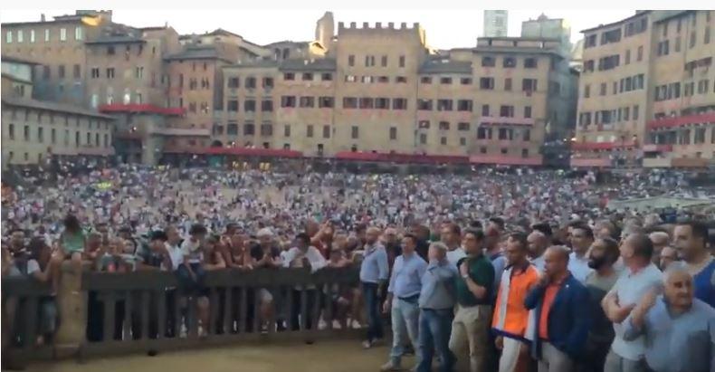 Palio di Siena: Le contrade escono dalla Piazza dopo laprova