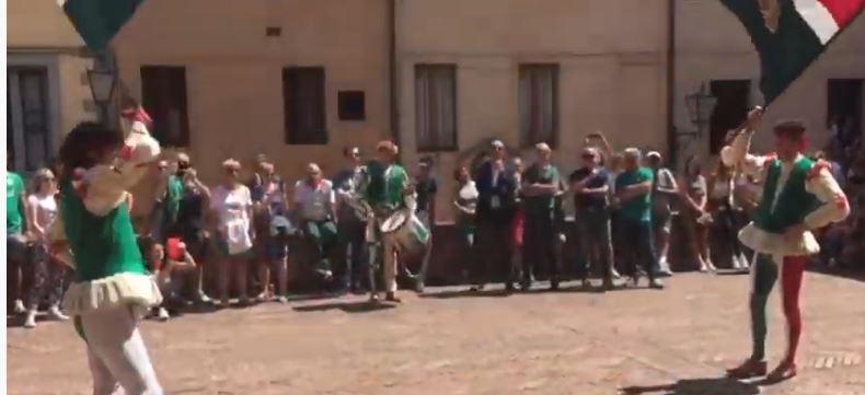Palio di Siena: Contrada dell'Oca sbandierata prima di piazza delcampo