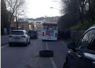 """Siena, Bus in viale Bracci, interviene Tiemme: """"Battistrada pneumatico forato da duechiodi"""""""