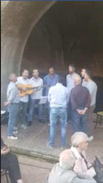 Siena: Canti davanti alla Fonte diFontebranda