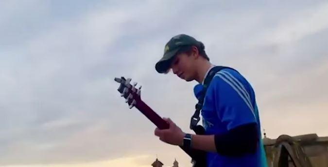 """Italia, Coronavirus, il giovane che suona sopra Piazza Navona: """"Fa più paura di una piazzapiena"""""""