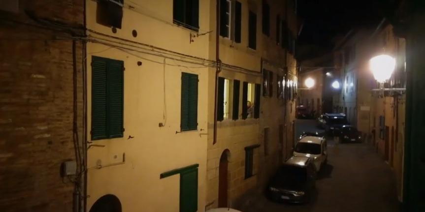 Siena: Nella notte di Siena le note della marcia del Palio suonate da una chiarina regalano i brividi dell'orgoglio