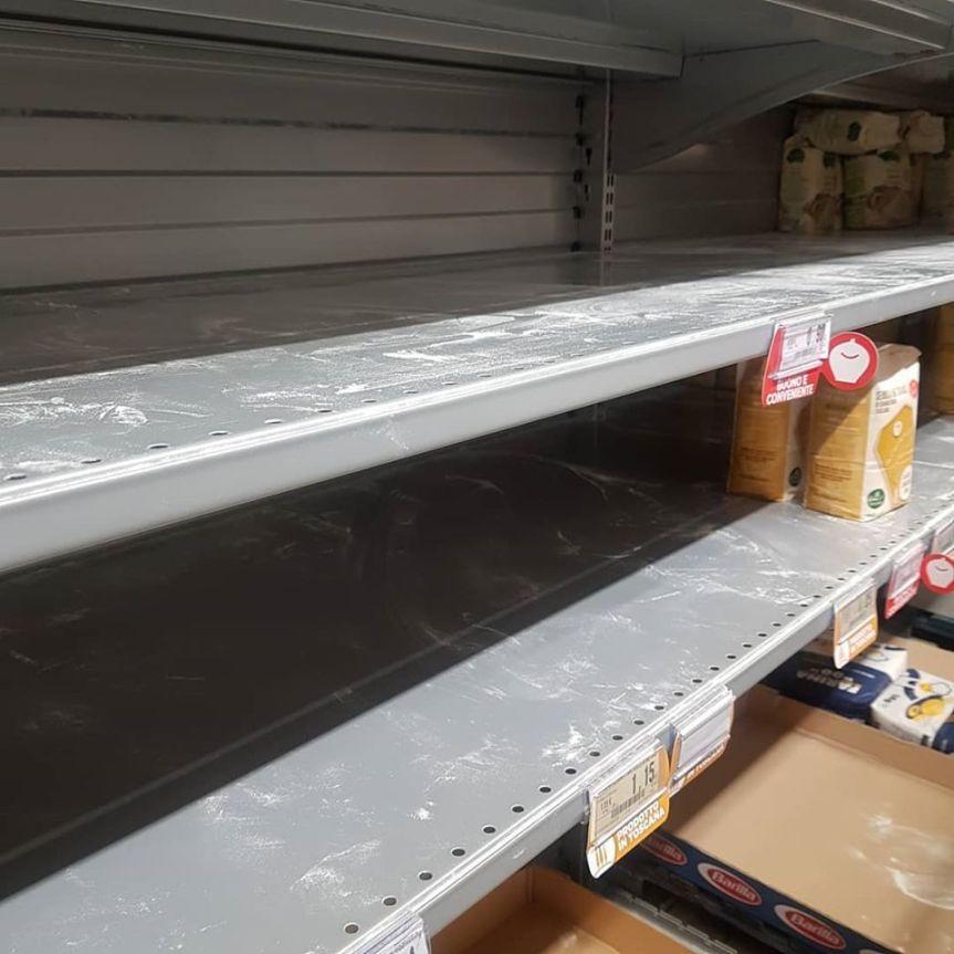 Siena, Assalto ai supermercati: Anche fra i senesi una spesa da tempi di guerra. Boom per latte, farina euova