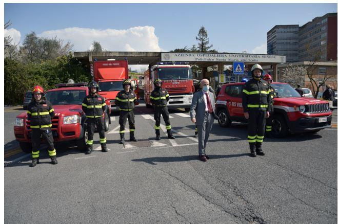 Siena: Vigili del Fuoco di Siena portano il loro saluto ai professionisti del policlinico Santa Maria alle Scotte impegnati contro ilCovid-19