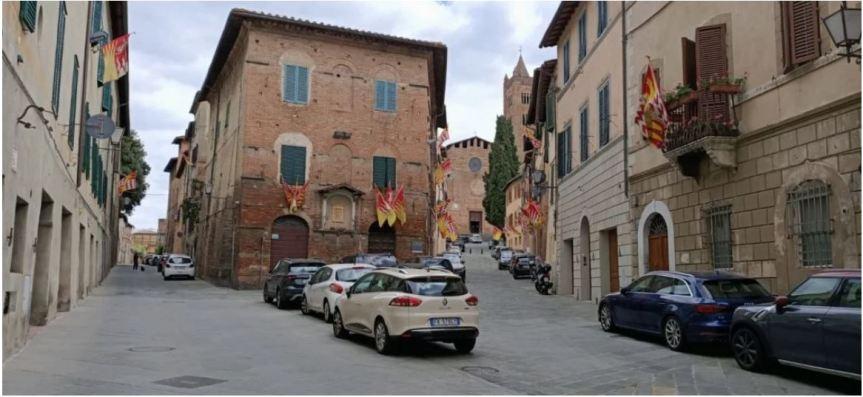 Siena, Festa titolare del Valdimontone: Bandiere esposte e messa dell'arcivescovo