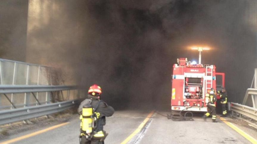 Toscana: Camion prende fuoco in una galleria dellaA1