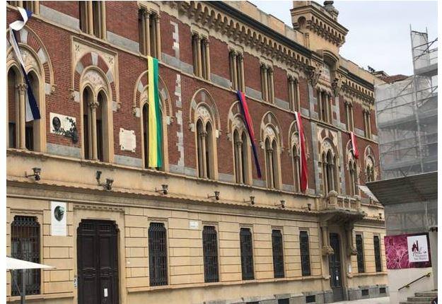 Palio di Legnano: Le bandiere sulla facciata del comune, non più inpiazza