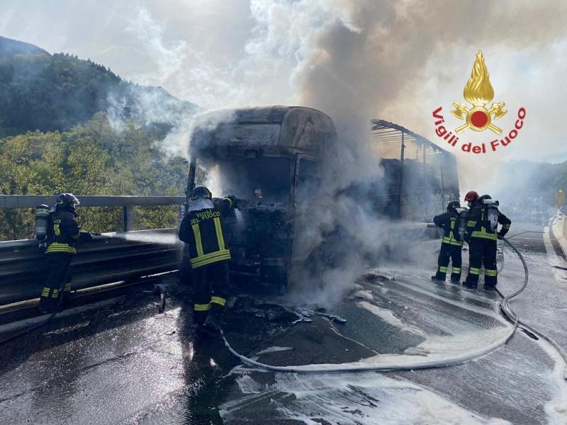 Toscana: Camion distrutto dalle fiamme sullaE45