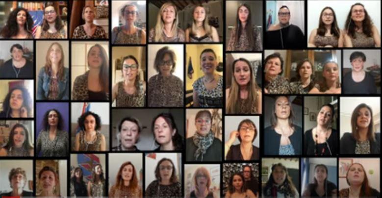 """Siena, Contrada della Pantera: Le Donne della Pantera cantano """"Le Donne di Stalloreggi"""""""