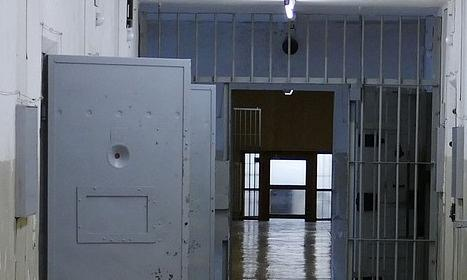 Italia, Detenuto nudo e picchiato in cella: tre agenti accusati di tortura. «Uno diceva: il comandante sonoio»