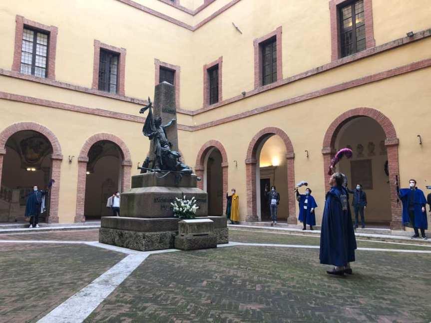 Siena: Oggi 29/05 I Goliardi Senesi lasciano mazzo di fiori alla statua degli studenti vittime nella battaglia di Curtatone eMontanara