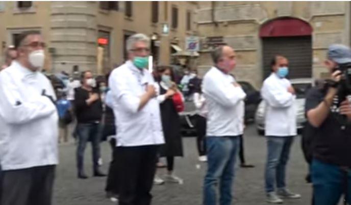 Italia: Il lungo applauso dei ristoratori. E i carabinieri si tolgono icaschi