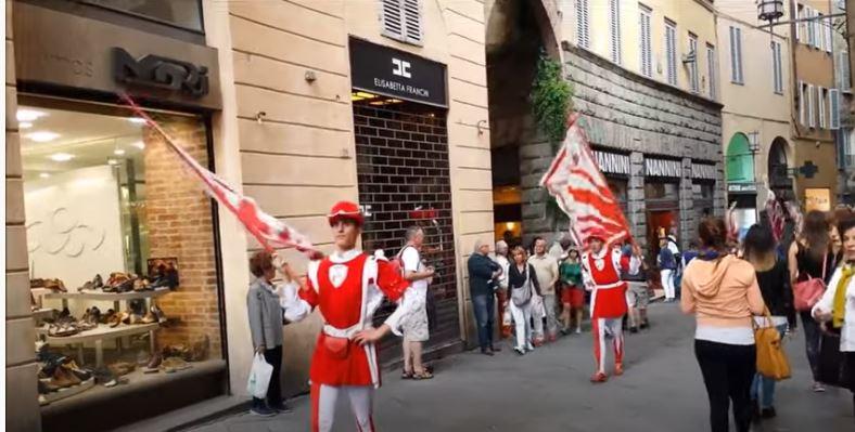Palio di Siena: Il rientro della Contrada Imperiale dellaGiraffa