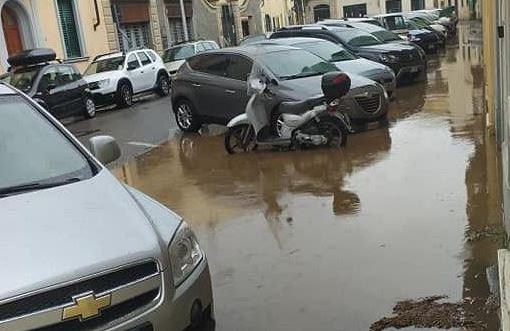 Toscana: Bomba d'acqua su Firenze e le strade siallagano