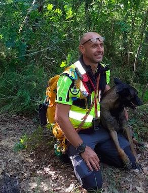Provincia di Siena, Sovicille, ritrovato l'uomo disperso nel bosco: nel gruppo di recupero anche il cane'Drago'