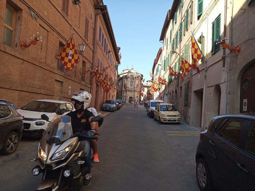 Siena, Contrada della Chiocciola: Oggi 28/06 Via San Marco imbandierata per la FestaTitolare