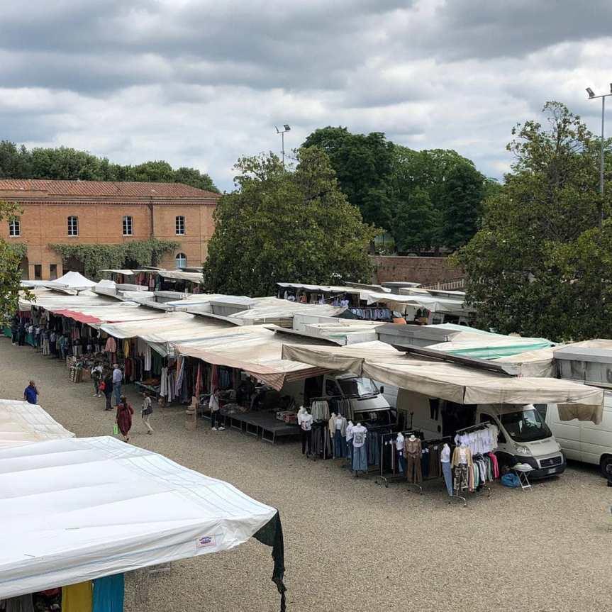 """Siena, Mercato, ambulanti traslocati in Fortezza in rivolta. Il bilancio è amaro: """"Fatturatodimezzato"""""""