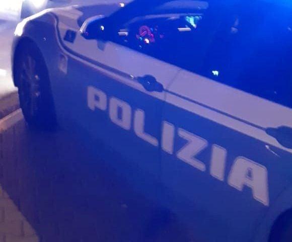 Toscana: Sale nuda sul tetto dell'auto dellapolizia