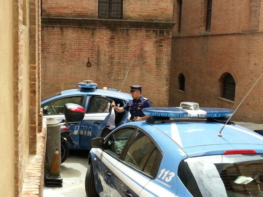 Siena, Non indossano la mascherina in un luogo affollato durante un evento sportivo:Multati