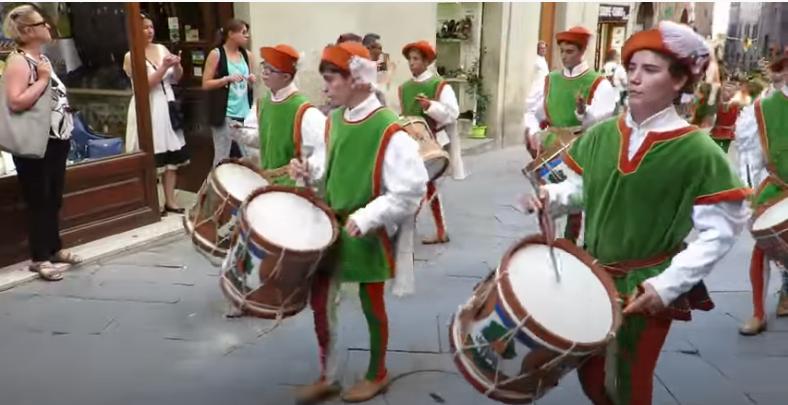 Siena: Passaggio comparsa della Selva nelle vie del centrostorico