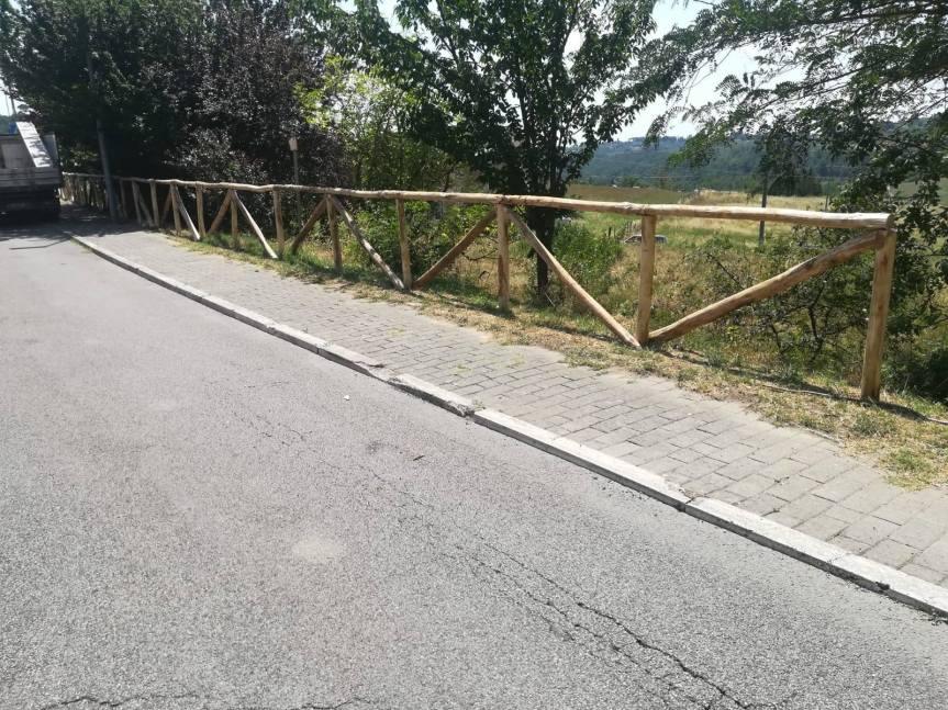 Siena: Oggi 04/07 Continuano i lavori di anutenzione e sostituzione delle staccionate in legno in varie zone dellacittà
