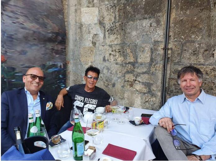 Siena: Edoardo Bennato a pranzo in Piazza del Campo con il sindaco DeMossi