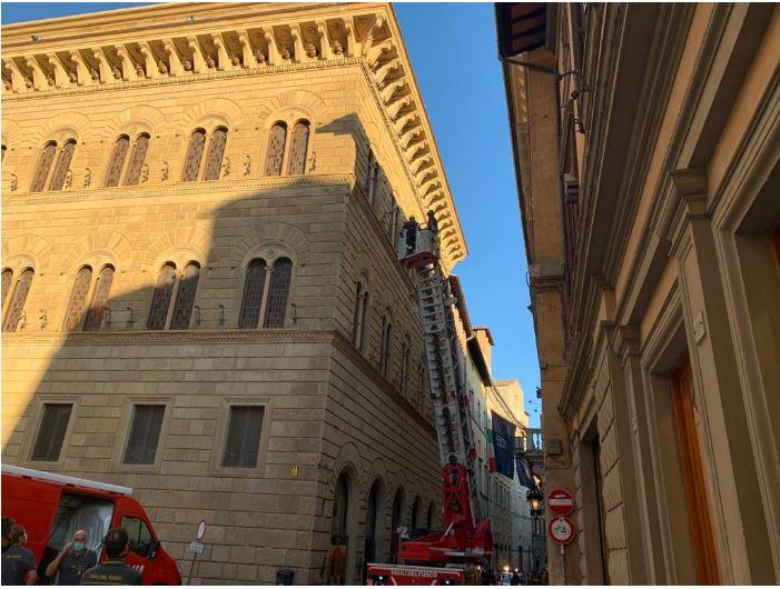 Siena, Cade tegola in Banchi di Sopra: Nessun danno a persone, vigili del fuoco allavoro