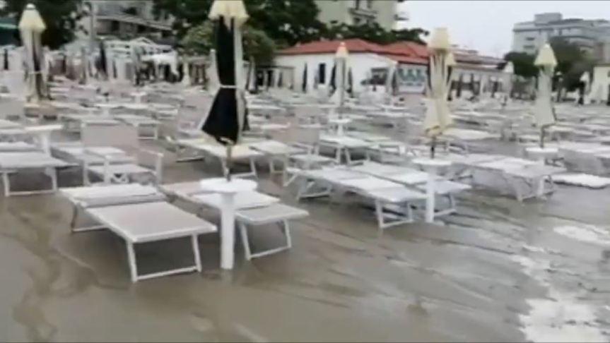 Toscana: Oggi 31/08 Bomba d'acqua si è abbattuta sulla spiaggia diFollonica