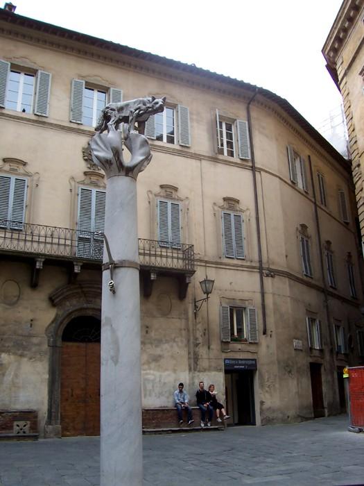 Siena: Il Comune concede all'Aquila la lupa di PiazzaPostierla